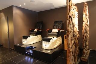 233431a6cf Un immense comptoir de bois clair vous attend à l'avant du salon pour les  soins des mains, beauté des mains express, beauté des mains SPA, pose de  vernis, ...